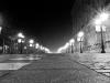 Weg vor dem Palacio Real in der Nacht bei Nebel.